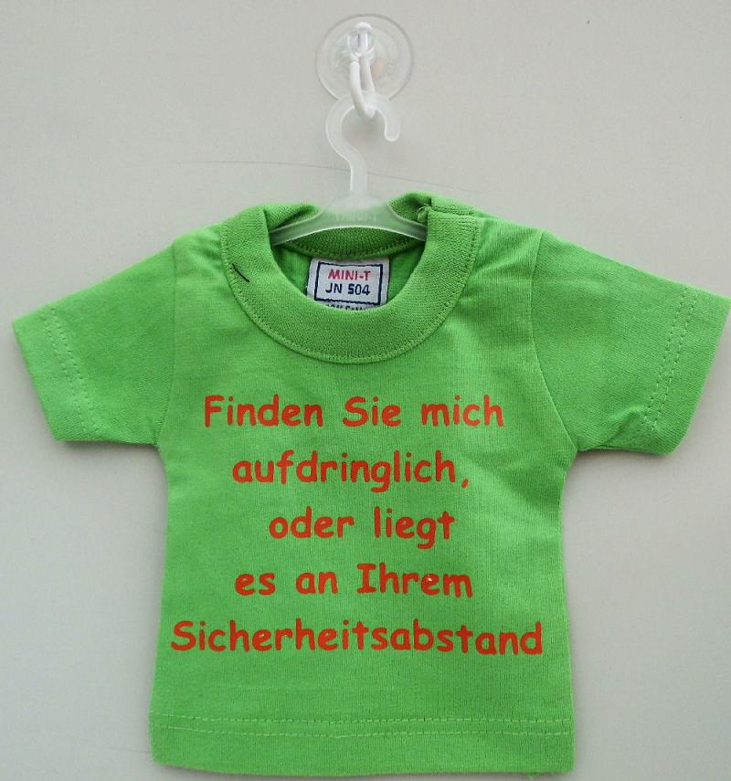 Mini T-Shirt Grün mit Spruch Saugnapf und Bügel für PKW, Wohnmobil oder Wohnwagen